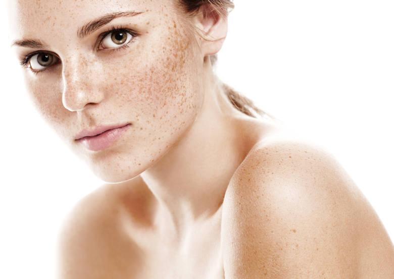Wiele kobiet nie wyobraża sobie wyjścia z domu bez makijażu. Podkład, puder, tusz do rzęs oraz kredka do oczu to ich podstawowe kosmetyki, których używają