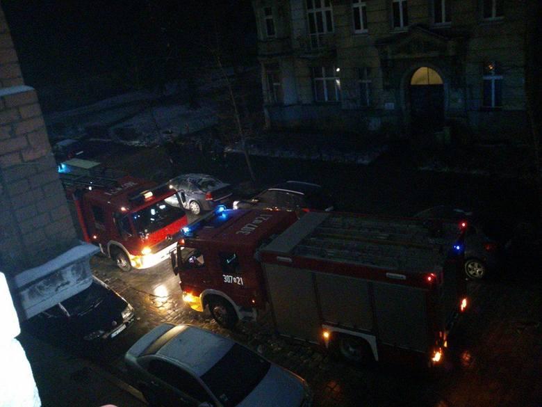 Dwa zastępy straży gasiły pożar przy ulcy Reja
