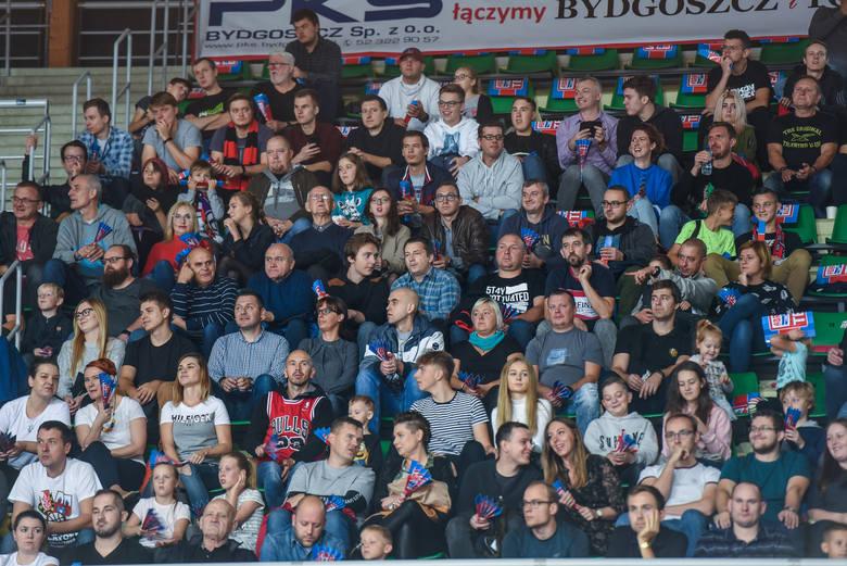 Wypełniona niemal po brzegi hala Łuczniczka w Bydgoszczy, pierwszy mecz Enea Astorii Bydgoszcz przed własną publicznością, a zarazem derby z Polskim