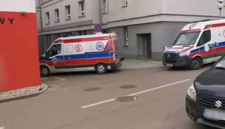 Sznur karetek przed szpitalem w Zabrzu