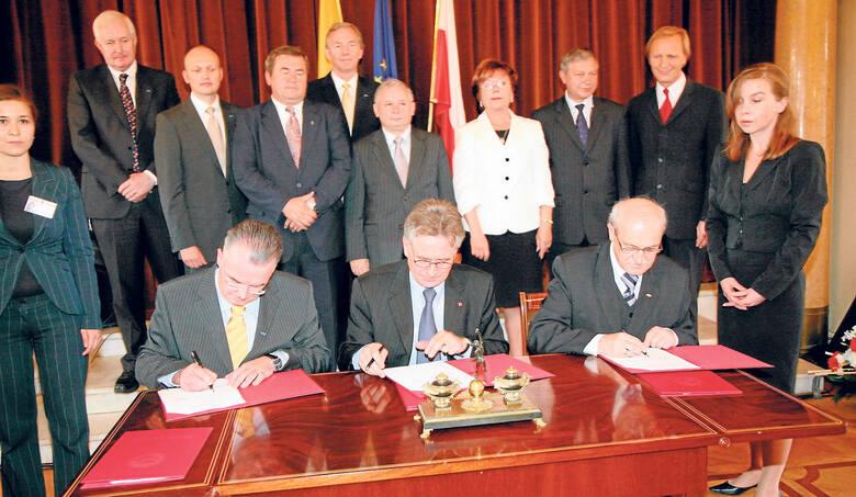 19 czerwca 2001 roku – uroczystość podpisania kontraktów. Obok premiera Jerzego Buzka Jerzy Kropiwnicki i Włodzimierz Tomaszewski