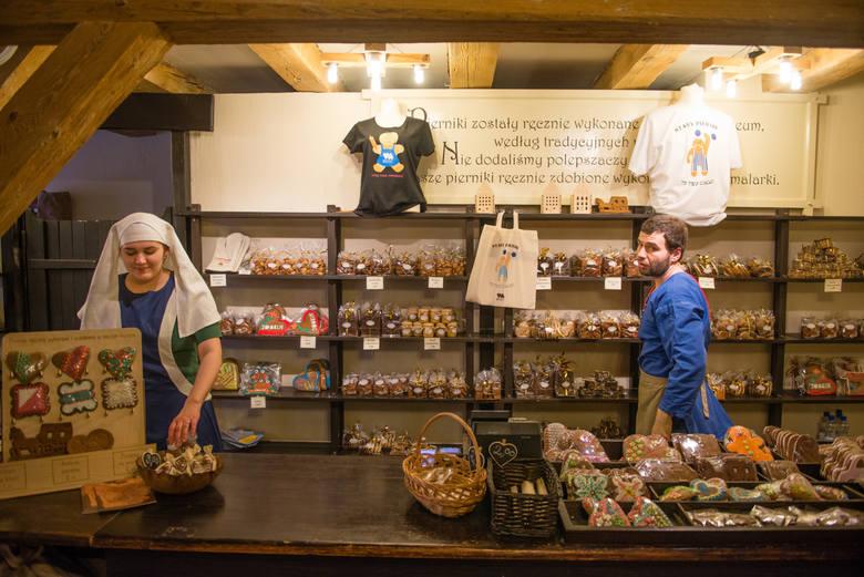 Żywe Muzeum Piernika działa w sercu toruńskiej Starówki. Przy Rabiańskiej możemy zobaczyć eksponaty sprzed wieków.