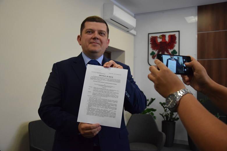 W piątek w południe prezydent Jacek Wójcicki pokazywał pozwolenie na budowę hali.