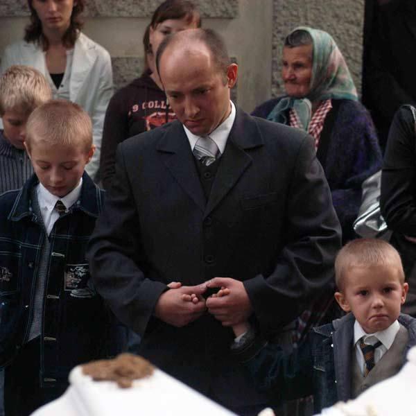 Piotrusia i Pawełka na cmentarzu z Bliznem pożegnali najbliżsi: tato i dwaj starsi bracia. Zabrakło mamy, od wypadku leży w brzozowskim szpitalu z ciężkimi