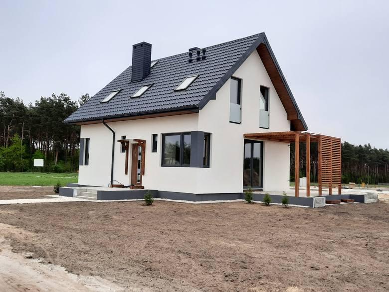 Przy ulicy Modrzewiowej w Oksie powstaje osiedle domków jednorodzinnych - niektóre domki są już gotowe.