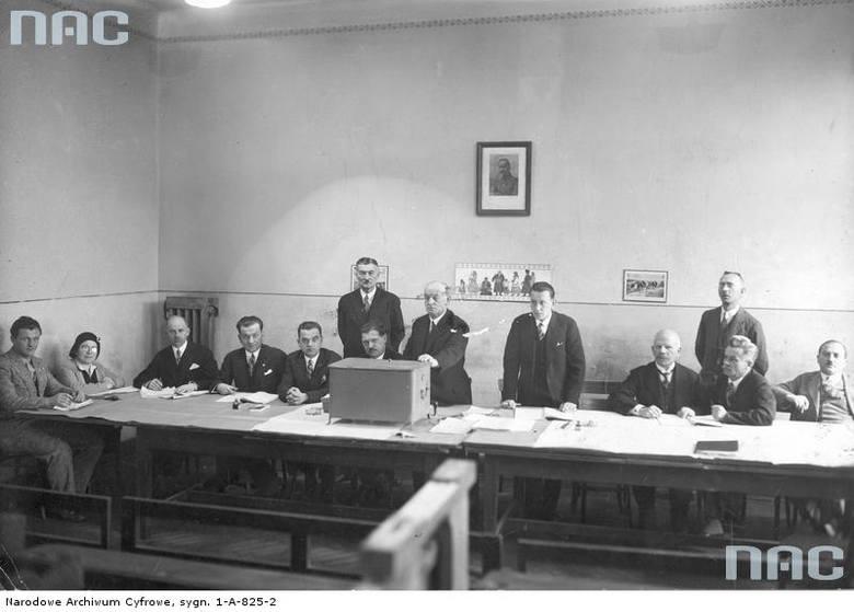 Komisja wyborcza w lokalu wyborczym w Krakowie