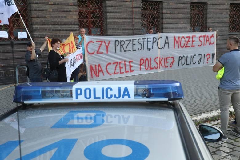 """We wtorek wieczorem kilku manifestantów pojawiło się na spontanicznym proteście. """"Obywatele RP"""" zwracali uwagę na bezprawne, jak twierdzą, ułaskawienie"""