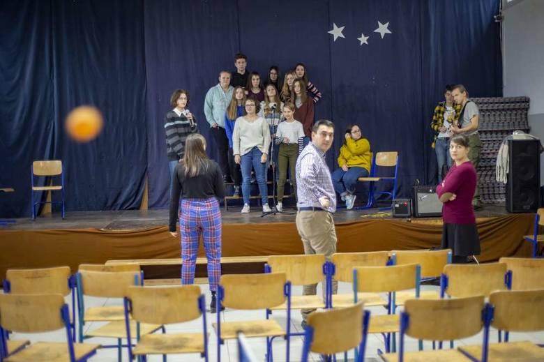 W Zespole Szkół nr 2 przy ulicy Hangarowej w Poznaniu  trwają próby koncertu charytatywnego, który przygotowało Szkolne Koło Caritas<br />
