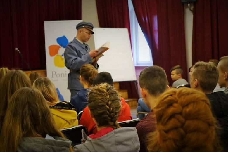 Ponad 100 uczniów z gminy Pińczów wysłuchało opowieści o Legionach Piłsudskiego jak i o samym komendancie [ZDJĘCIA]