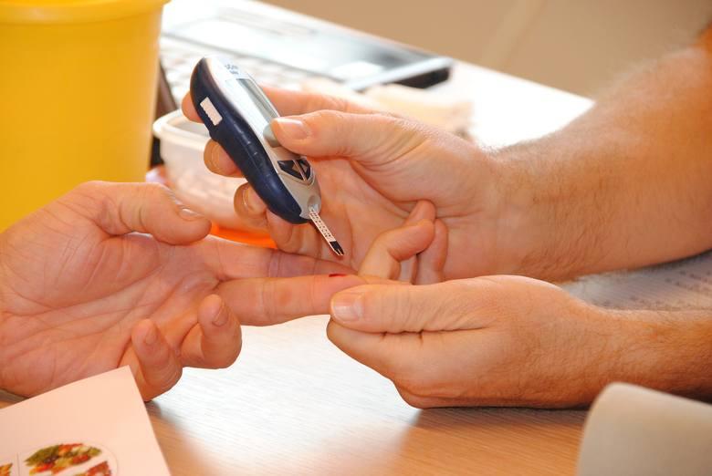 Życie z cukrzycą typu 2 wymaga regularnego pomiaru poziomu glukozy we krwi.