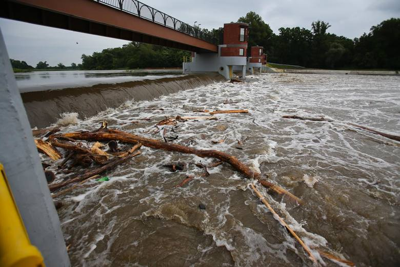 Fala kulminacyjna na Odrze minęła Wrocław. Woda opada