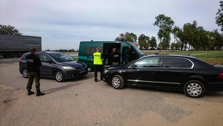 """Policjanci z grupy """"speed"""" zatrzymali do kontroli drogowej mazdę, której kierowca nieprawidłowo wyprzedzał inny pojazd na oznakowanym"""