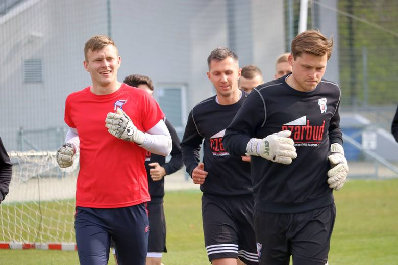 Piłkarze trzecioligowej Broni Radom przygotowują się do sobotniego meczu z Ruchem Wysokie Mazowieckie. Podopieczni trenera Artura Kupca wiedzą, że wygrana