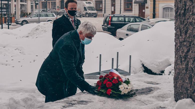 W 70. rocznicę jego śmierci wojewoda podlaski Bohdan Paszkowski oraz wicewojewoda Tomasz Madras złożyli kwiaty przy pomniku Armii Krajowej w Białyms