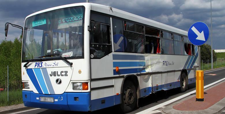 Do zderzenia ciężarówki z autobusem doszło koło Nowej Soli.