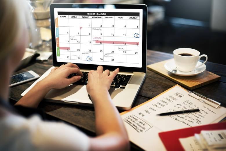 Zadbaj o odpowiednie miejsce do pracy w swoim domu. Porządek na biurku, wszystkie potrzebne rzeczy pod ręką oraz wygoda są na wagę złota i sprzyjają