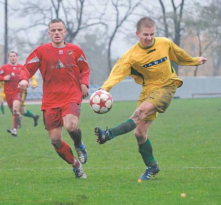 Pojedynek Michała Kojdera (z lewej) i Piotra Mastalerza. Górą był zawodnik Rakowa.