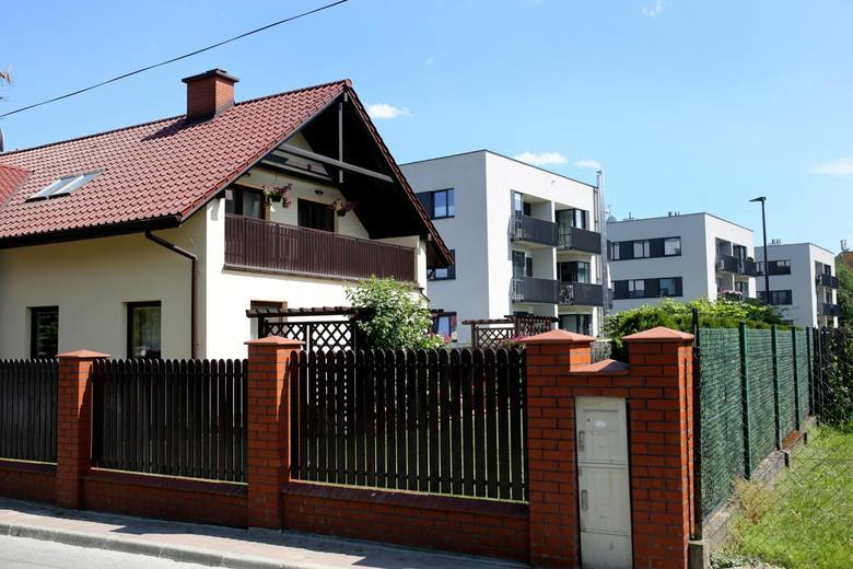 Tereny pod budowę własnego domu pod Toruniem są nadal w modzie. Mieszkańcy miast mają coraz częściej dość hałasu i wybierają - ciszę i przestrzeń, w