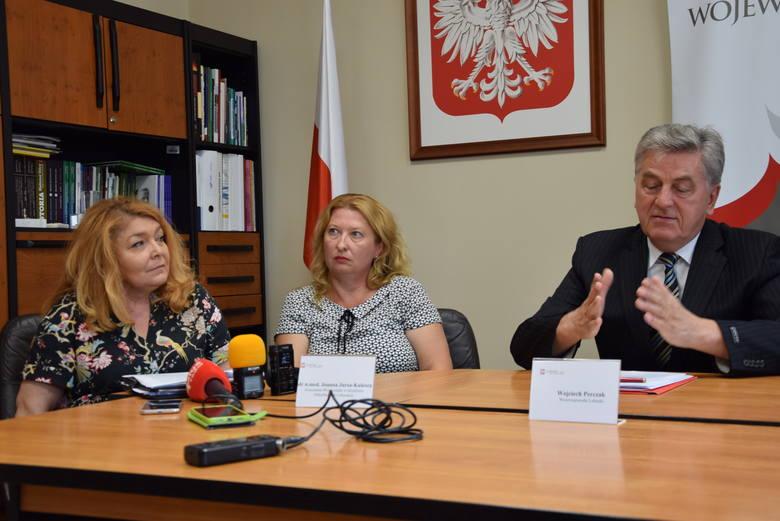 Konferencja władz wojewódzkich i nadzwyczajna sesja sejmiku województwa lubuskiego, poświęcona bakterii New Delhi. Na zdjęciu od lewej: Dorota Baranowska,