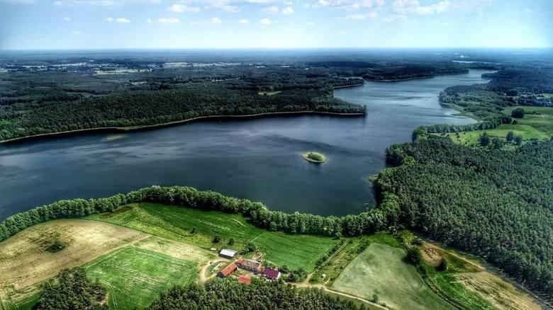 W niewielkiej gminie Pszczew jest aż 20 jezior, tworzących tzw. Rynnę Jezior Pszczewskich. Jedno z jezior – Kochle, sąsiaduje z letniskową wsią od wschodu, drugie zaś od północnego-zachodu.