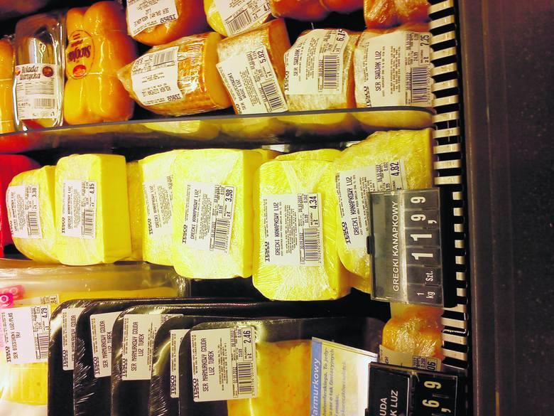 Wybierając ser w hipermarkecie należy dokładnie przestudiować treśćumieszczonej pod folią informacji o wyrobie.