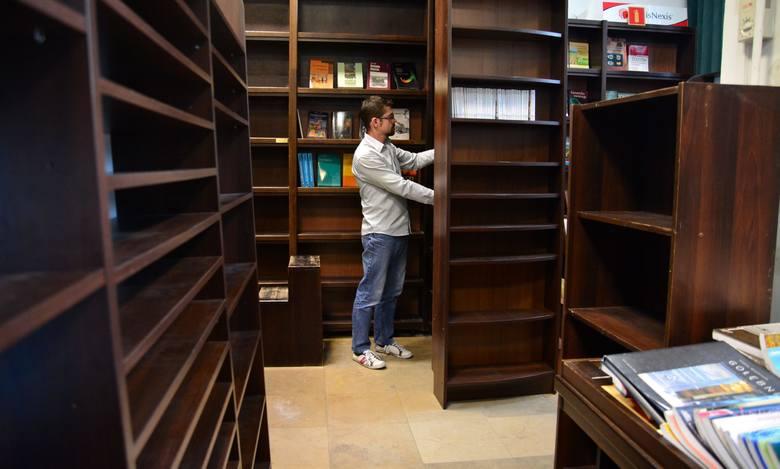 - Od października nie sprowadzamy nowych książek - mówi Piotr Rodak, kierownik likwidowanej Księgarni Uniwersyteckiej.