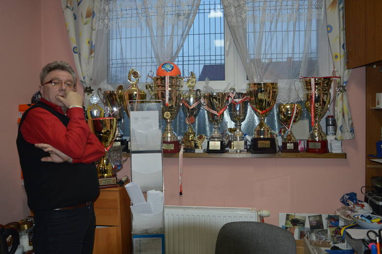 Trener pokazuje trofea swoich podopiecznych. Najwyższy czas postarać się o jakieś gabloty.