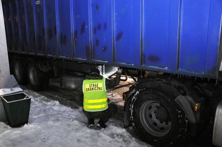 45 - letni Ukrainiec, kierowca samochodu ciężarowego z naczepą na polskich numerach rejestracyjnych chciał wyjechać na Ukrainę. W trakcie kontroli, funkcjonariusz