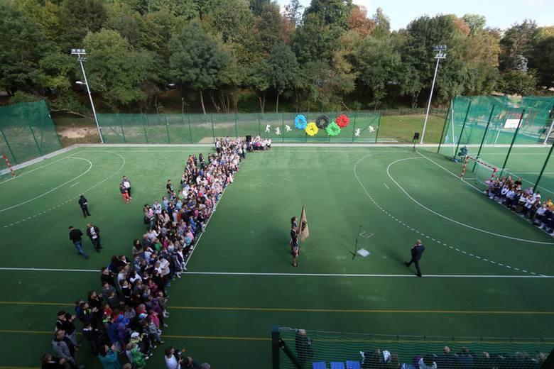 Uroczyste otwarcie boiska w szkole podstawowej nr 10 w Lublinie, które powstało za pieniądze z budżetu obywatelskiego