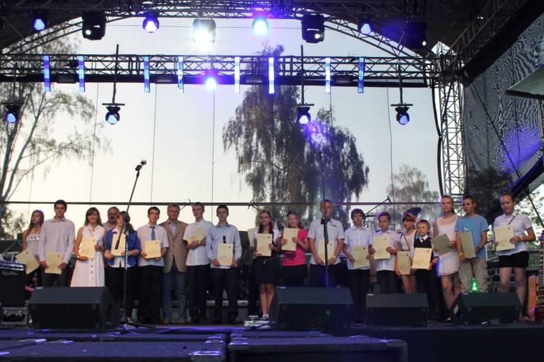 Burmistrz Jarosław Kielar nagrodził też najlepszych uczniów i młodych sportowców.