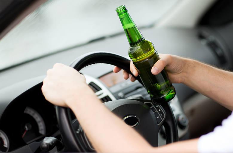 Oto gminy w województwie świętokrzyskim, w których w 2019 roku policjanci najczęściej zatrzymywali pijanych kierowców (wskaźnik w przeliczeniu na 10
