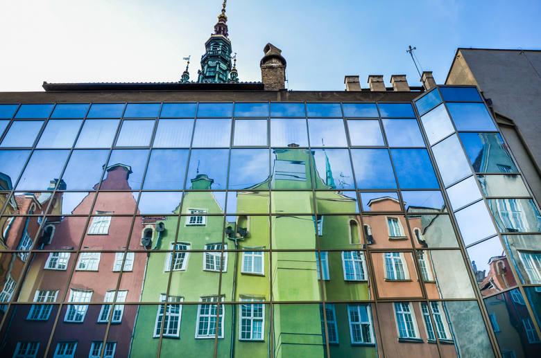 Nawet bardzo znane budynki, odbite w szybach okien lub samochodów, nabierają nowych, czasem zupełnie niesamowitych kształtów. Poznajecie te miejsca?
