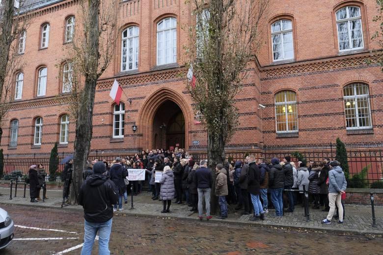 Tak wyglądał grudniowy protest pracowników toruńskich sądów przed gmachem Sądu Rejonowego.