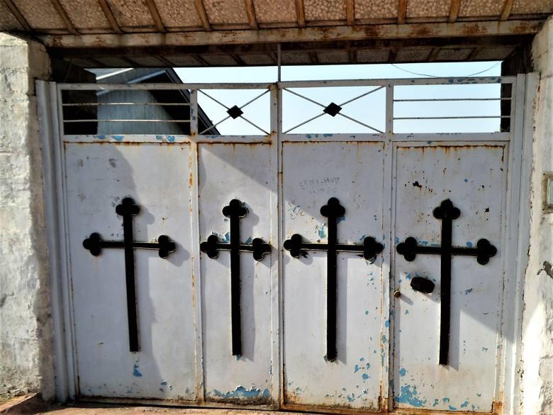 Brama wejściowa z drugiej strony cmentarza, na groby Ormian