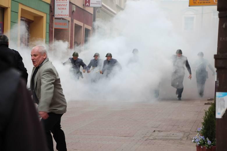 Przerażeni demonstranci zaczynają uciekać przed siłami ZOMO.