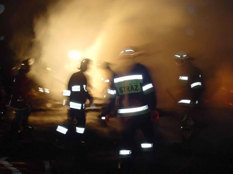 Na miejsce wysłano cztery zastępy strażaków. Na razie nie wiadomo co było przyczyną pożaru.