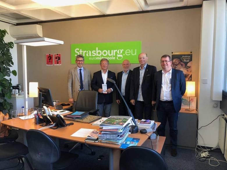 Mariusz Szeib podczas przygotowań do Freedom Charity Run w siedzibie dyrektora gabinetu mera Strasburga