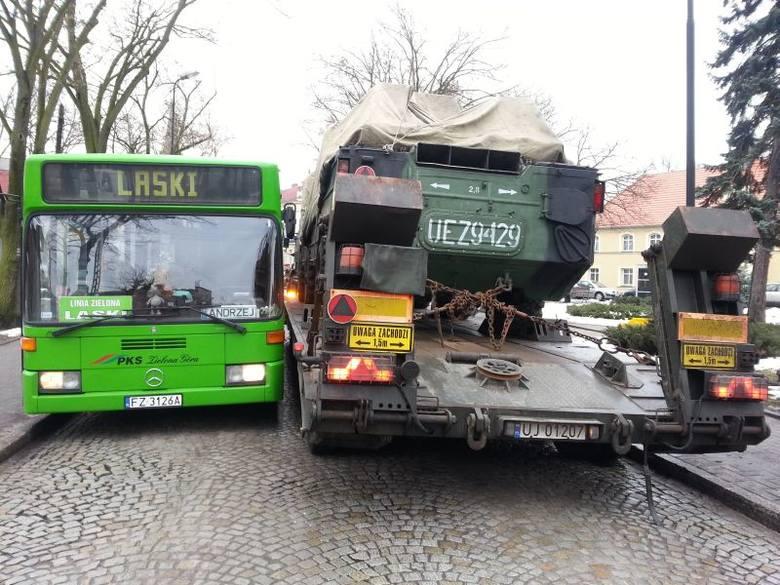 Pojazdy miały problem z przejazdem wąską ulicą Rynek w Czerwieńsku