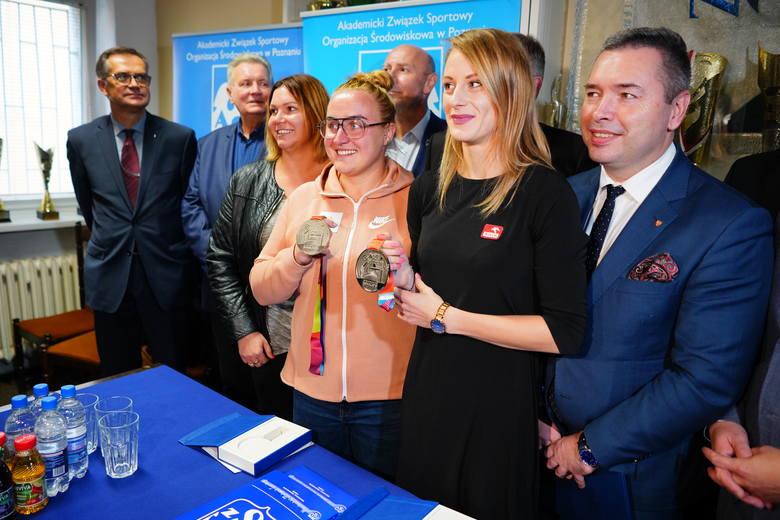 Joanna Fiodorow i Patrycja Wyciszkiewicz prezentują srebrne medale z zakończonych w niedzielę MŚ w lekkiej atletyce w Doha