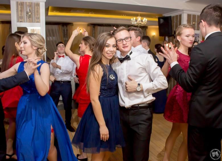 20 stycznia swój pierwszy bal przeżywali uczniowie trzech klas maturalnych z siemiatyckiego LO. Jak każe tradycja, pierwszy taniec otwierający bal to