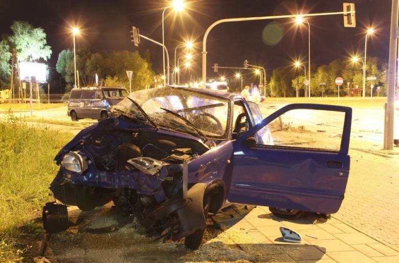 Ul. Popiełuszki: Uciekał przed policją i spowodował wypadek. Złapał go policyjny pies (zdjęcia)
