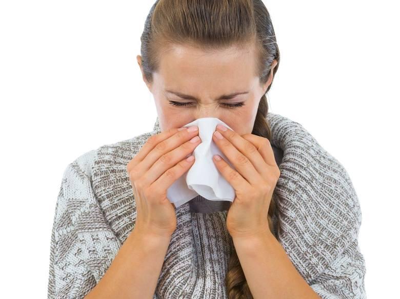 """O grypie świadczą: gorączka, bóle głowy, bóle mięśniowo-stawowe, kaszel, ból gardła. Grypę trzeba """"wyleżeć""""."""