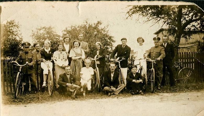 1938 r. pracownicy Poczty Polskiej i Telegrafu z Czerska podczas wycieczki rowerowej do Wiecka. Humory wyśmienite
