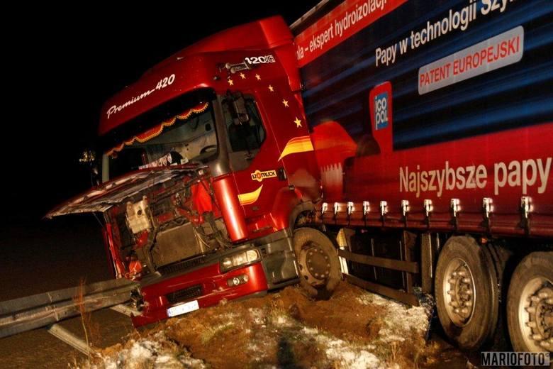 Wypadek na wiadukcie nad autostradą A4 pod Prószkowem. Kierowca ciężarówki na drodze wojewódzkiej 414 pomiędzy Prószkowem a Przysieczą nie dostosował