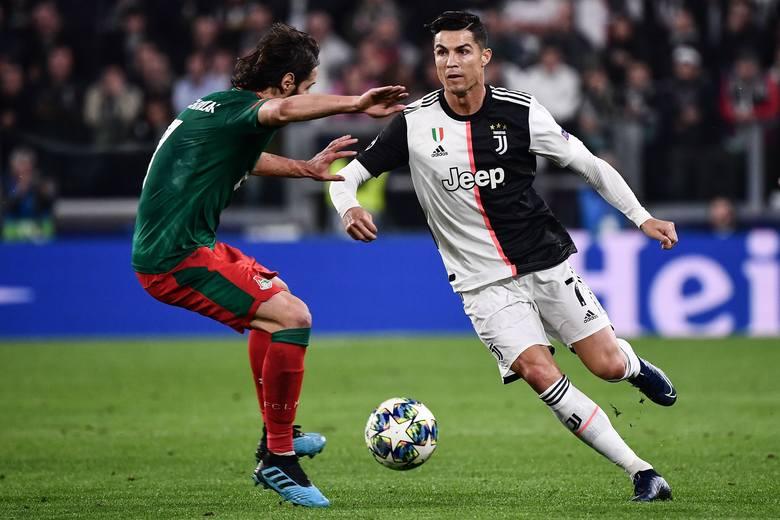 Grzegorz Krychowiak próbuje powstrzymać Cristiano Ronaldo