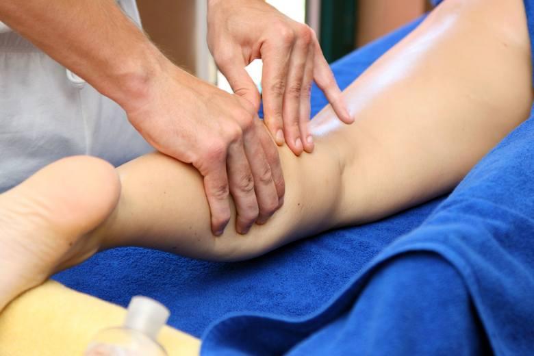 Przy lekkich obrzękach łydek, pojawiających się w wyniku nadmiernego zatrzymywania wody w tkankach nóg, ulgę przynosi delikatny masaż prowadzony od kostki