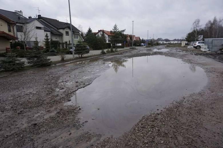 Poznań: Mieszkańcy Strzeszyna chcą drogi i oświetlenia zamiast dziur na ulicy Literackiej. Napisali petycję do prezydenta Jacka Jaśkowiaka