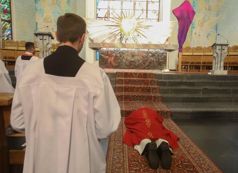 Wielki Piątek. Liturgia Męki Pańskiej w katedrze w Rzeszowie [ZDJĘCIA]