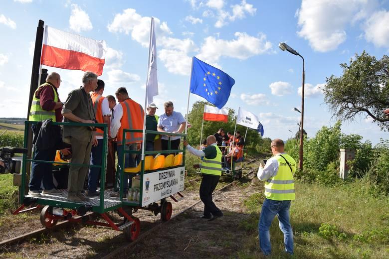 Członkowie i sympatycy stowarzyszenia Linia102.pl z Przemyśla, dwiema drezynami wjechali na Ukrainę. Po nieużywanym od ćwierćwiecza torze kolejowym 102. Mają nadzieję, że wkrótce na tej linii zagości regularny ruch pasażersko - turystyczny.