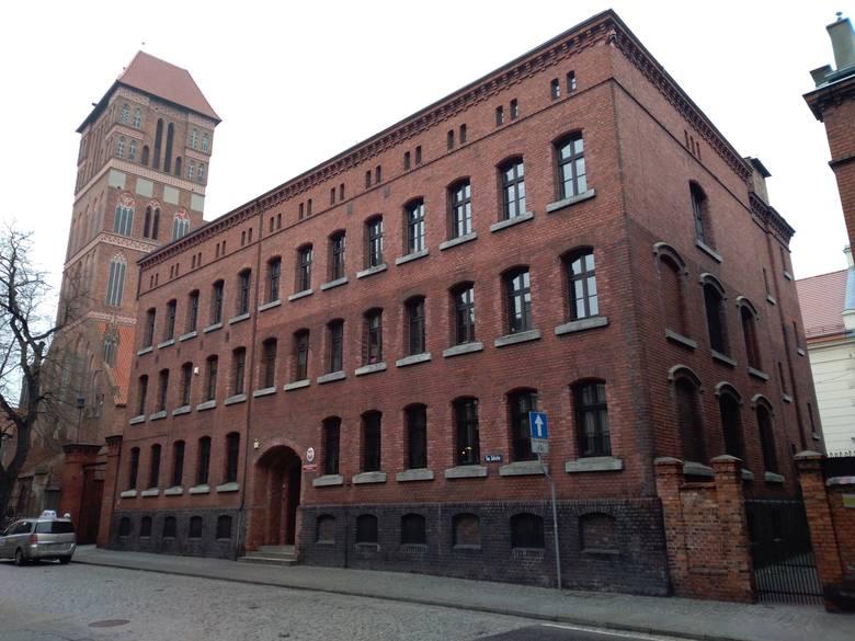 Budynek dawnego więzienia garnizonowego przy ul. Św. Jakuba. Stąd w ostatnią drogę ruszyli skazani za szpiegostwo Piątek z Urbaniakiem. Tutaj też został
